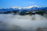 霧が立ち込めた小川村から
