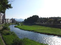 2018/07/14_中の橋から中津川と盛岡城跡公園(岩手公園)を望む
