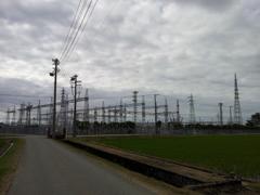 2018/06/16_曇天の田園の電気(?)施設