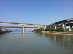 2017/10/26_新宇多津橋から大束川河口と瀬戸大橋線高架を望む