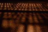 格子戸から漏れる暮らしの灯り