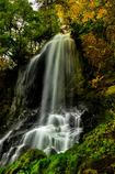 紅葉映す滝