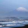 湘南 富士山とサーファー