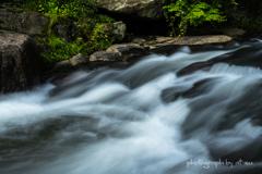 石をすり抜ける水の流れ