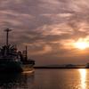 静かな港の夕景