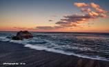 岩のある海岸と夕暮れの空