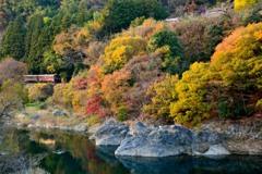 秋、渓谷を走る