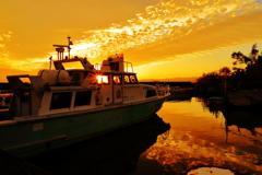 小さな港の夕景