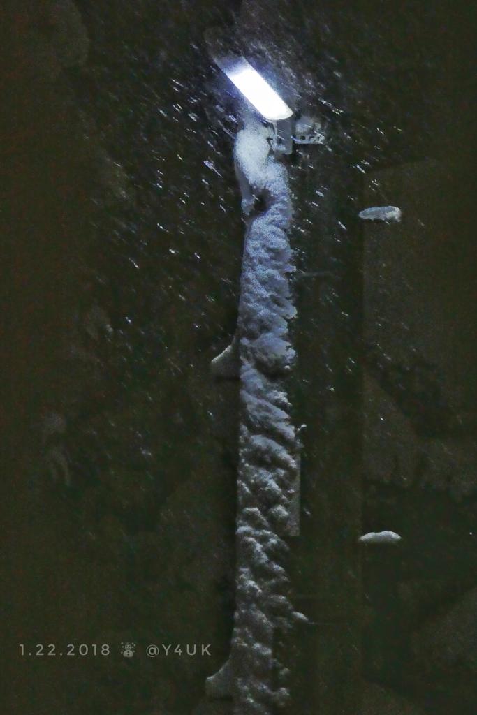 夜、電柱にも張り付く大雪を照らす街灯〜snow night light
