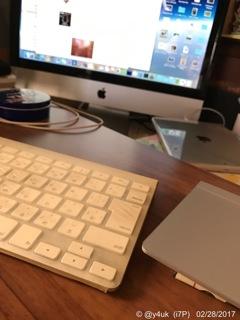 背丈あるテーブルでキーボード+デスクにMac本体=快適