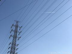 鉄塔と飛行機雲、青空バレンタインデー〜iPhone7Plus 57mm