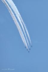 13:49青空にスモーク下降ブルーインパルス〜美しい5機