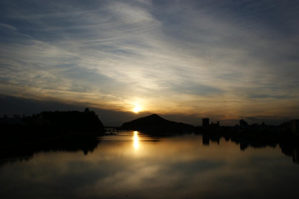 空を映す川面