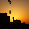 夕日と女像