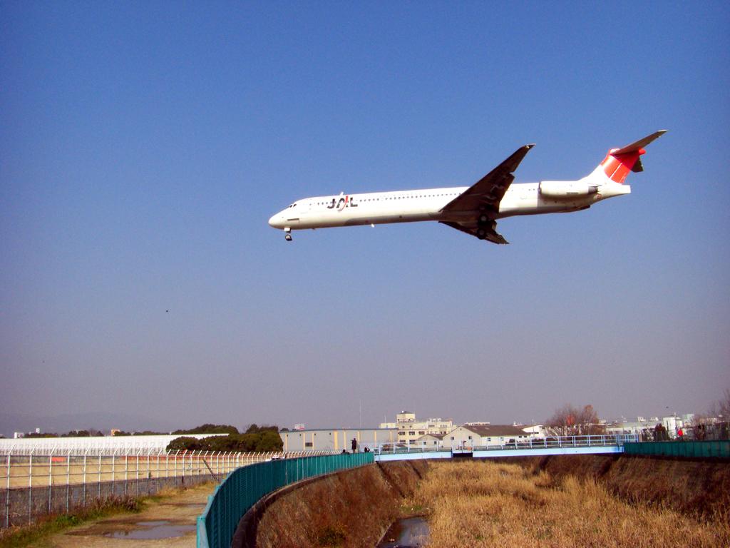 迫る飛行機