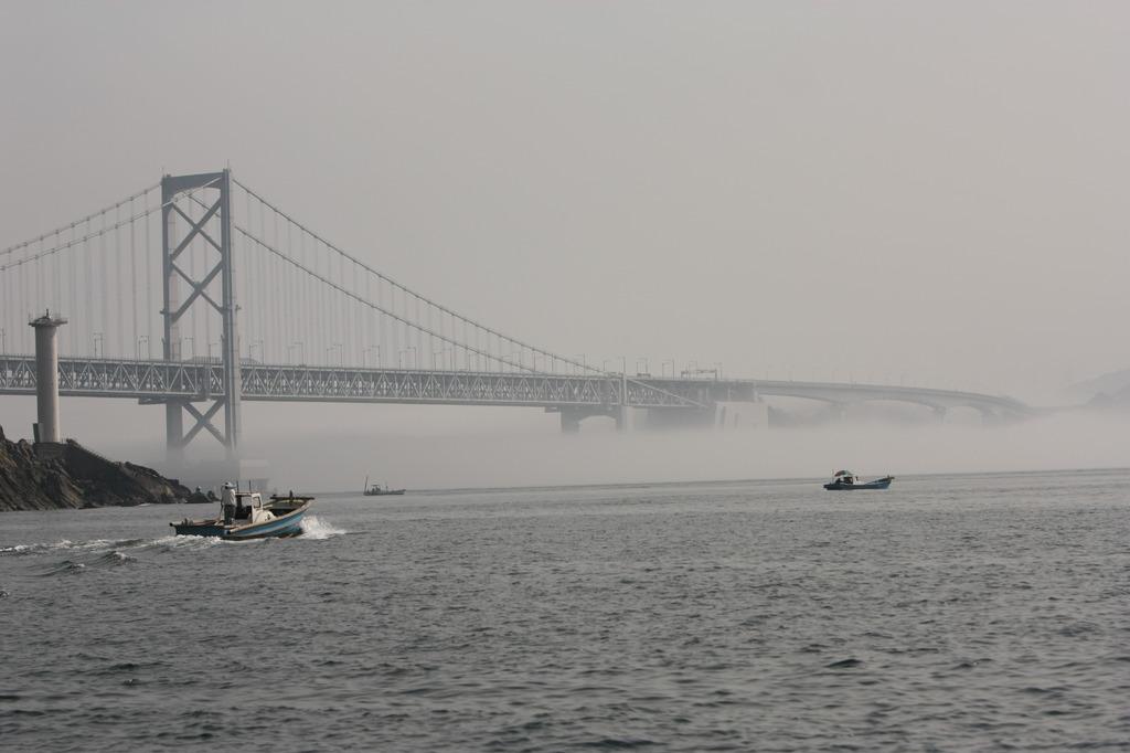霧の上の大鳴門橋