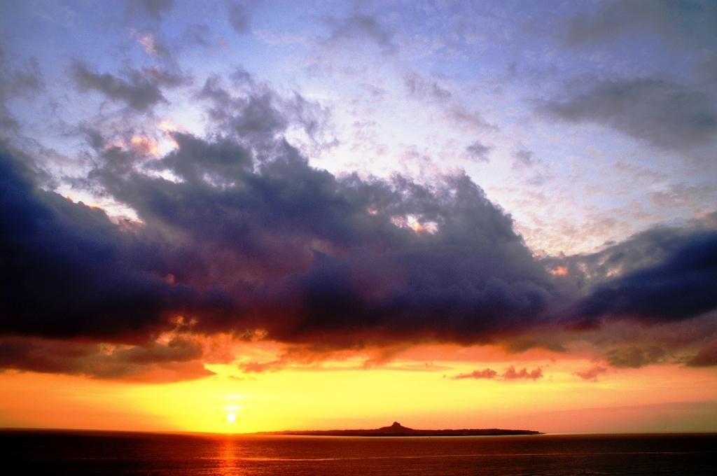 伊江島に沈む夕日