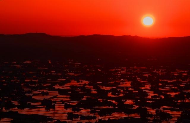 夕陽に染まる散居村