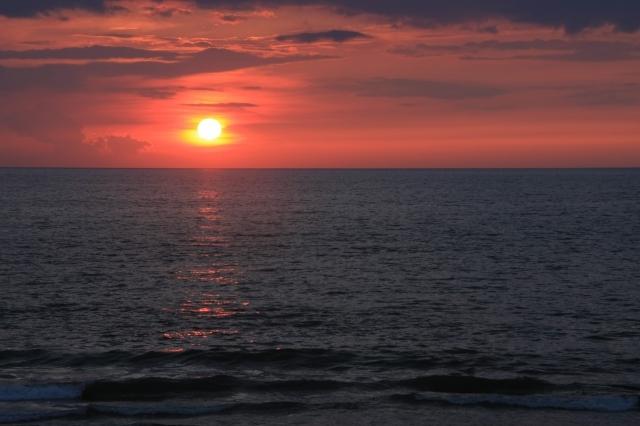 夕陽海染めて