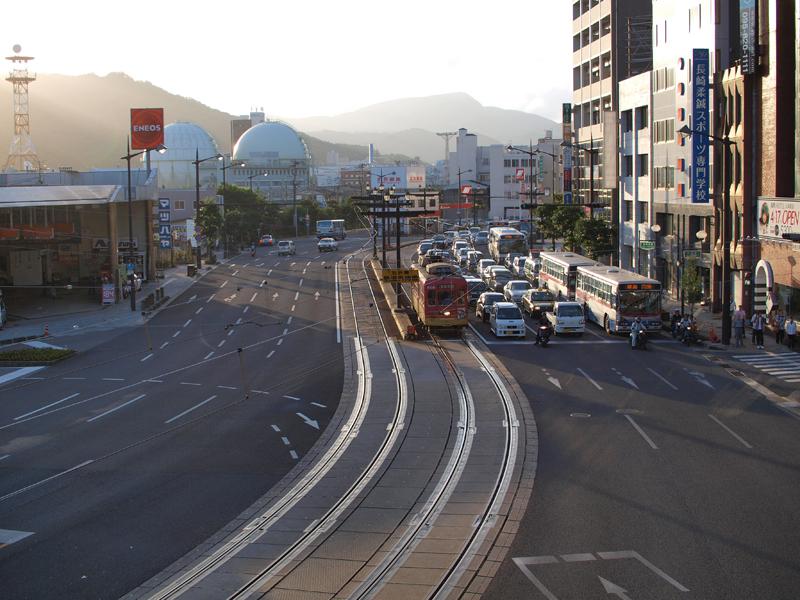 光差す長崎駅前