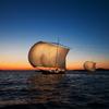 夕焼け空に帆曳き船