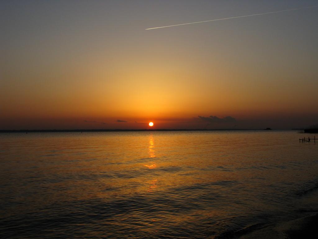 日の出・飛行機雲