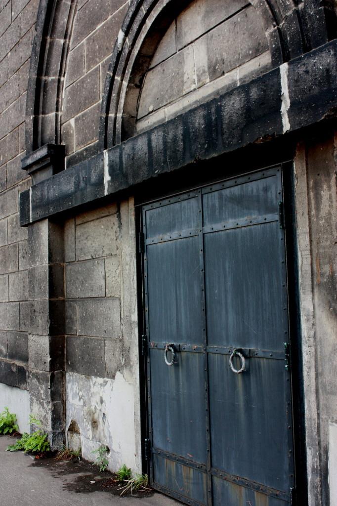 石壁と鉄扉