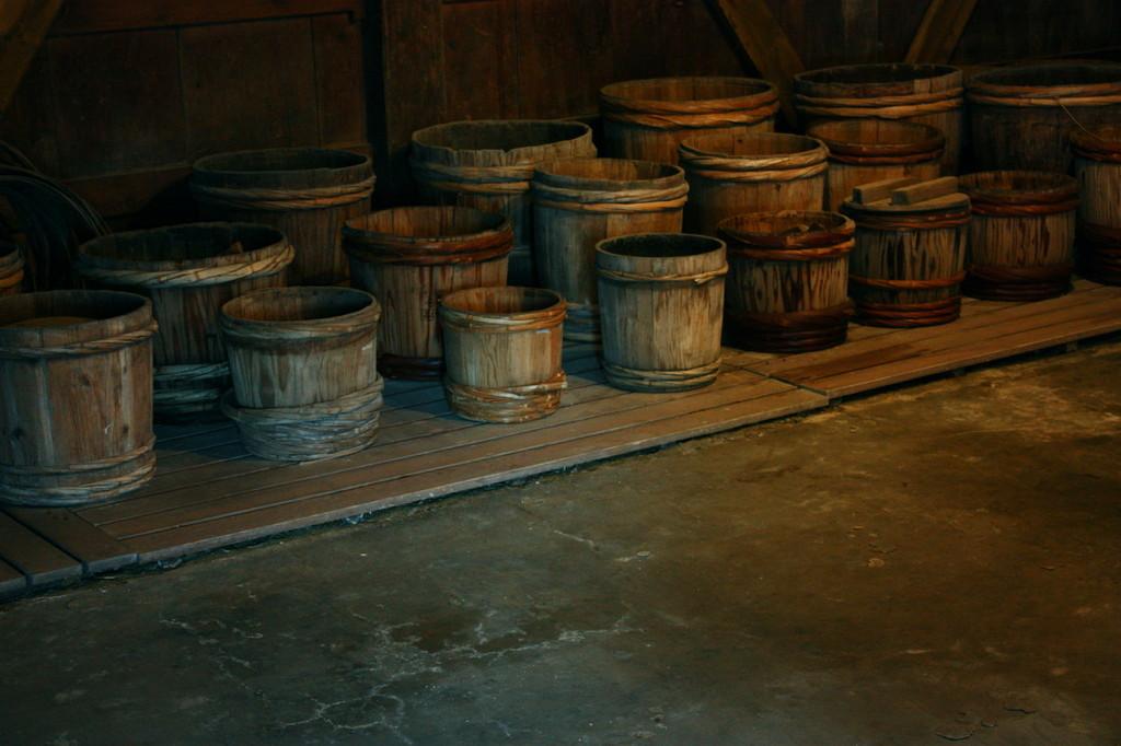 古き樽のならぶ土間