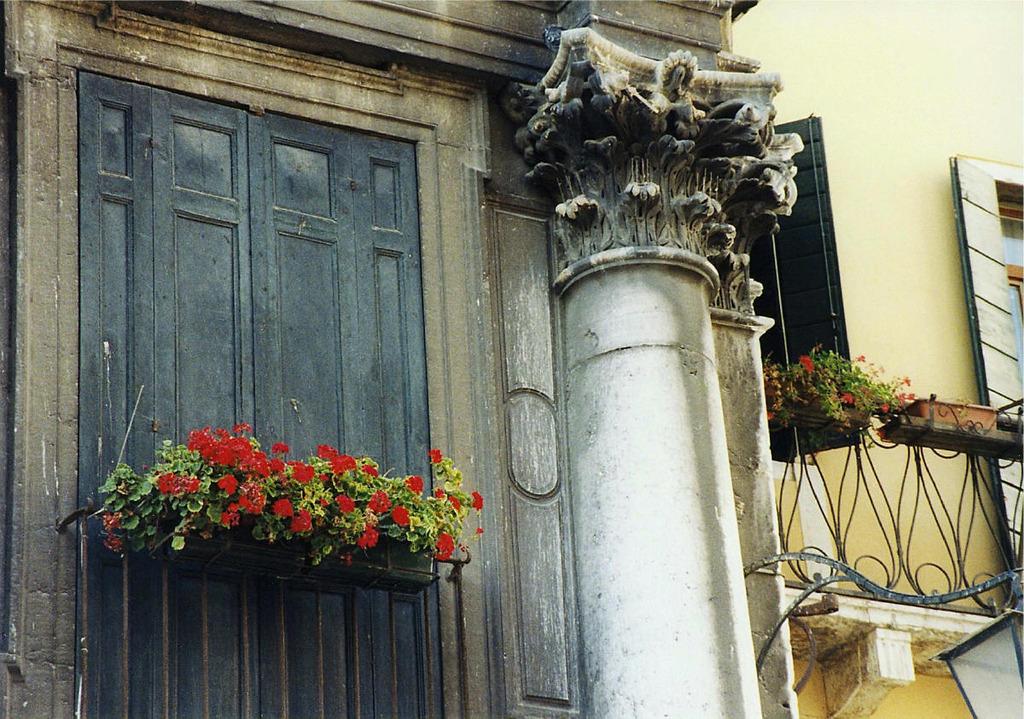 コリント式円柱装飾風の家
