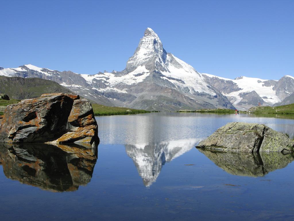 湖面と岩の間に