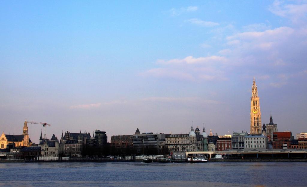 金の尖塔、大河を望む