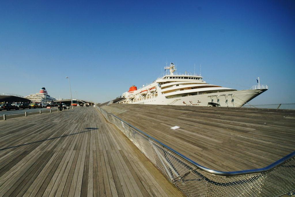 横浜大桟橋のふじ丸と飛鳥Ⅱ