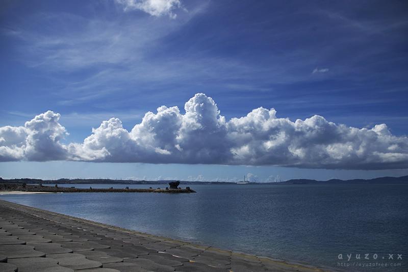 海中道路から沖縄本島を見る。