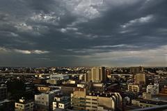 暗雲と街並