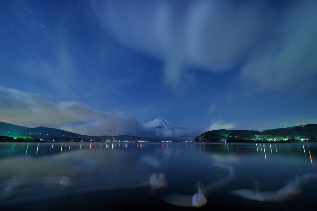 Dancing swan on the Mt.Fuji.