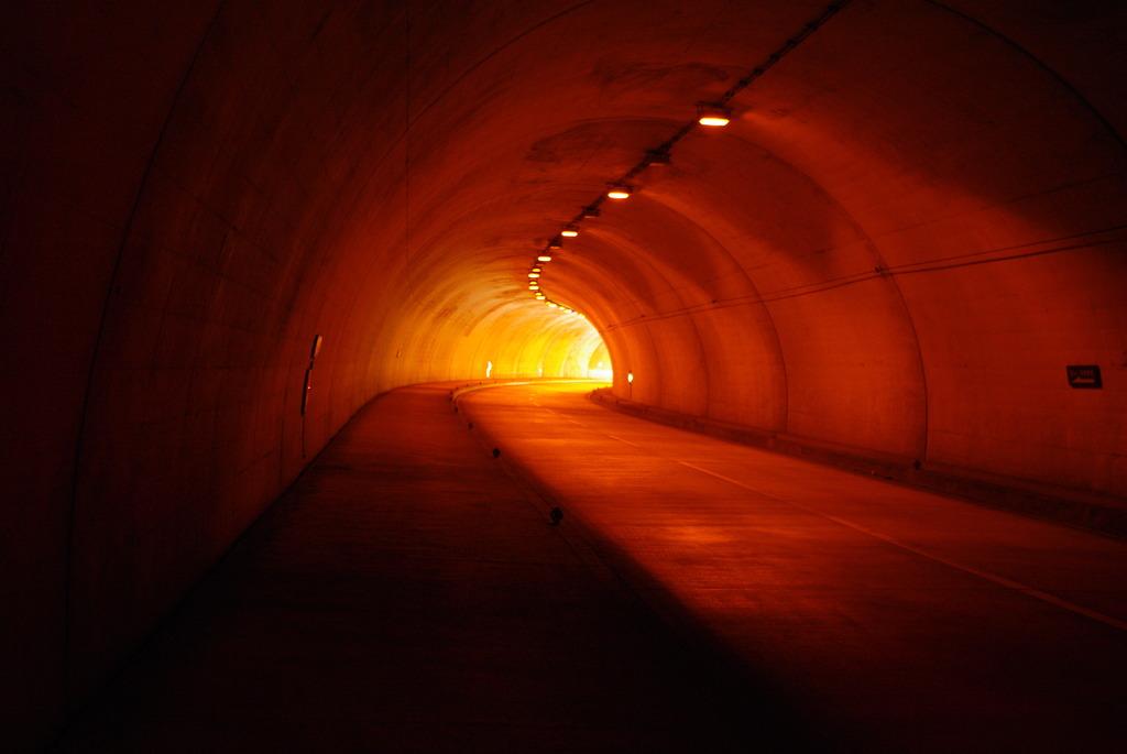 トンネルを歩く