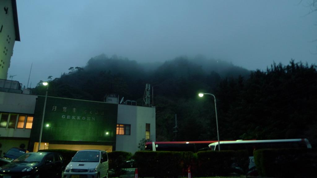 温泉街の山