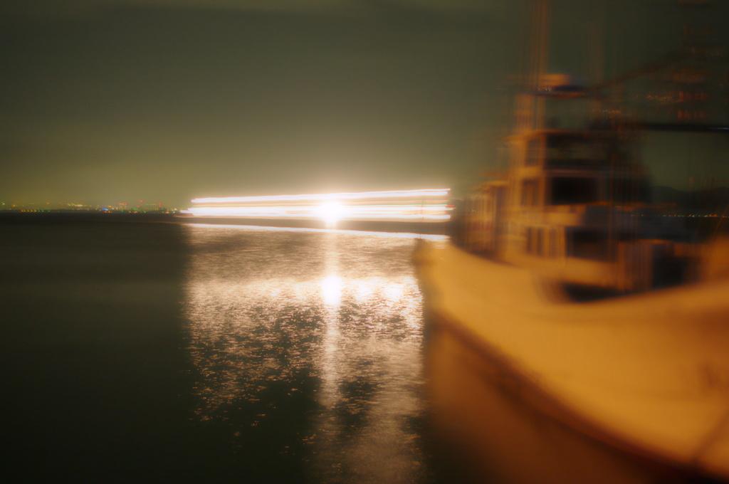入港の光跡