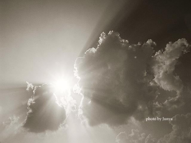 雲を引き裂く光