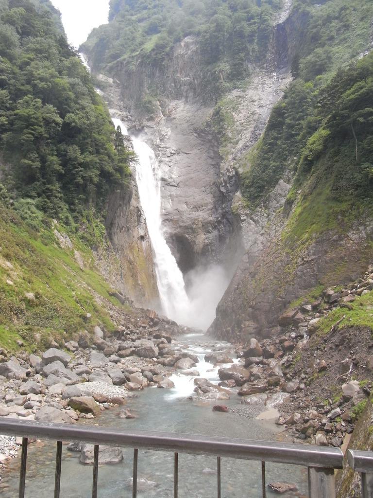 落差日本一の称名滝(富山県)