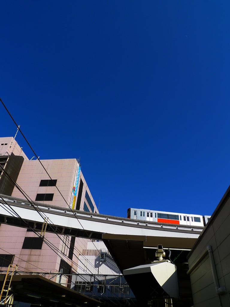 モノレールと青い空
