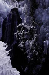 黒い滝 白い氷