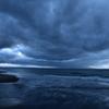 波打ち際と厚い雲