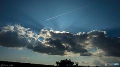 光りと飛行機雲