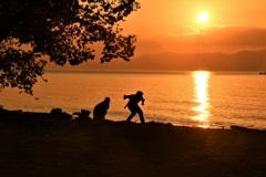 夕陽に水切り