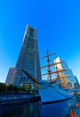 日本丸とランドマークタワー (横浜 みなとみらい)