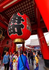宝蔵門の提灯と着物美人 (浅草寺)