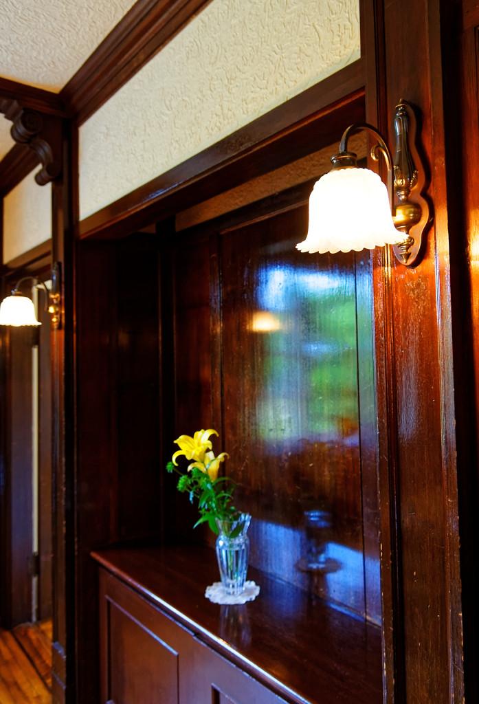 壁に窓映り込み 横浜 山手111番館にて