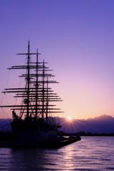 朝日のあたる帆船