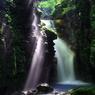 光射す雄飛の滝
